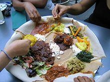 Zusammen äthiopisch essen